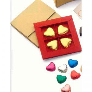 Estuche en sobre dorado con 4 bombones corazón